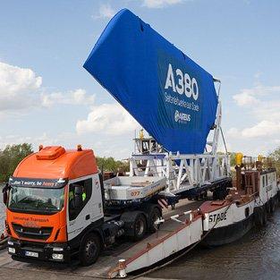 Airbus Seitenleitwerk auf LKW